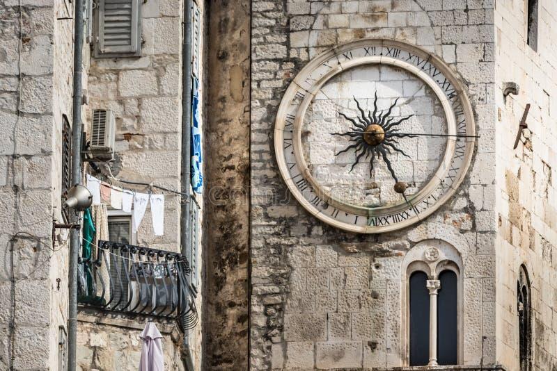 Un orologio della città sulla torre sulla parete ad ovest del palazzo nella spaccatura, Croazia di Diocleziano fotografia stock