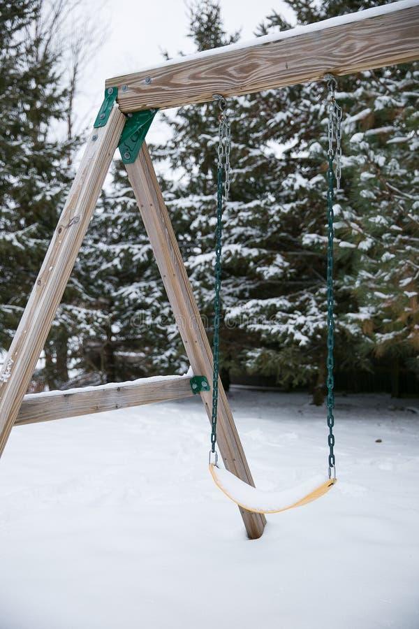 Un oscilación del árbol en el colgante del invierno solo imagen de archivo libre de regalías