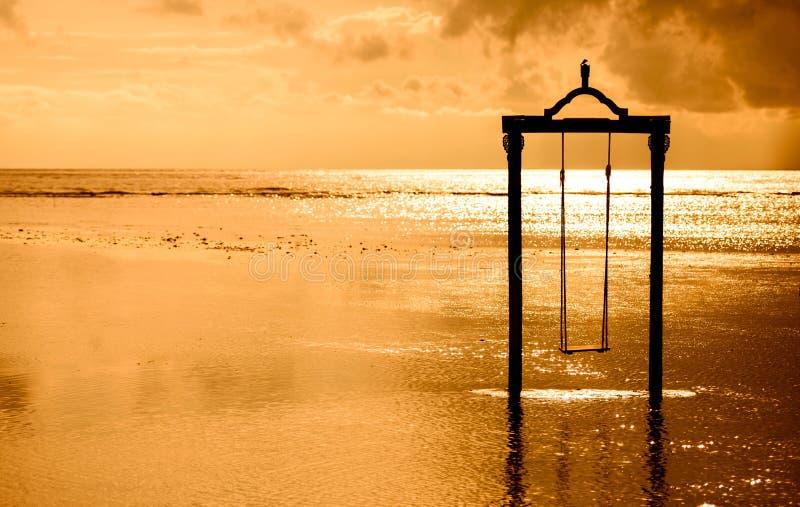 un oscilación sobre el mar en la puesta del sol en Bali, Indonesia imagen de archivo libre de regalías