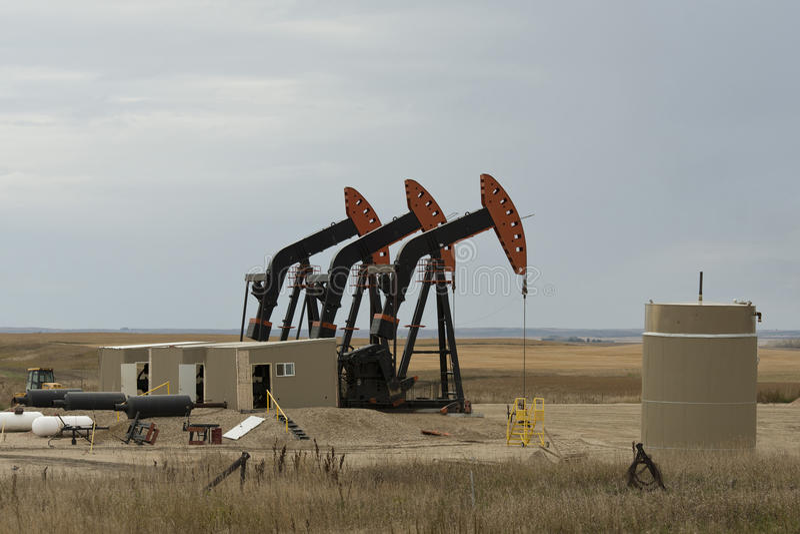 Un pétrole puits dans le Dakota du Nord images libres de droits