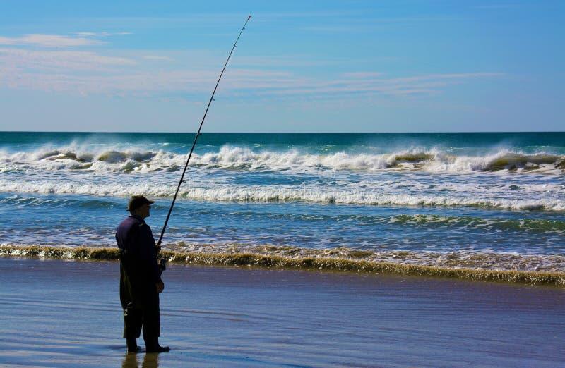 Un pêcheur à l'océan du sud photographie stock