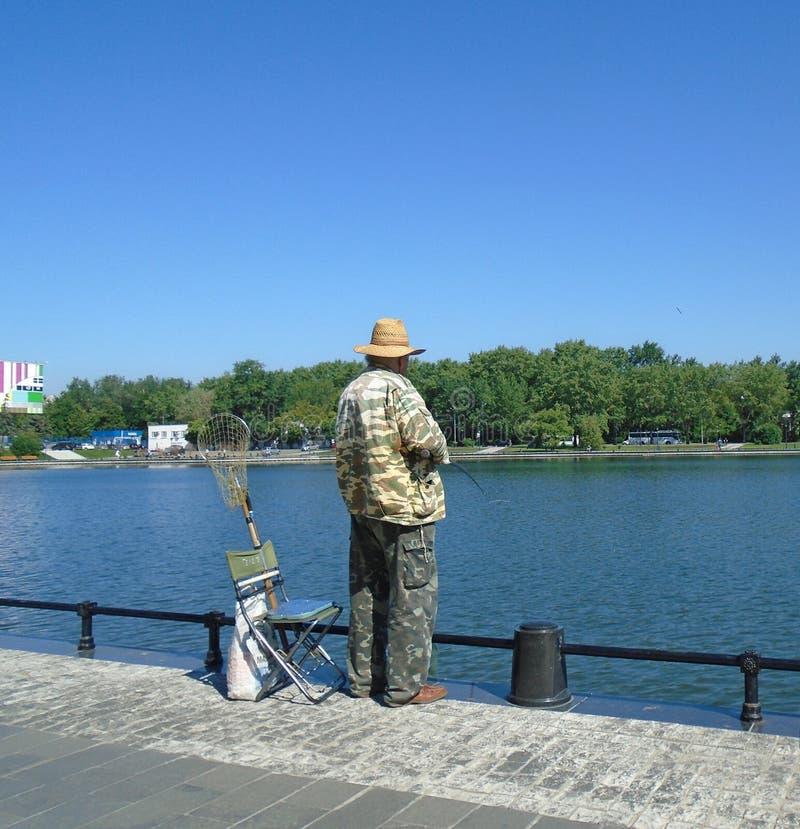 Un pêcheur dans la ville photographie stock libre de droits