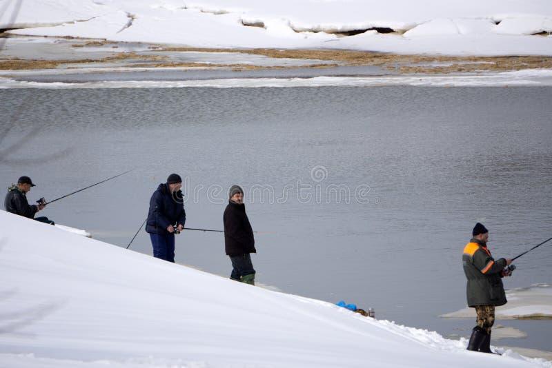 Un pêcheur pêche un poisson sur tourner pendant l'hiver La Russie Berezniki le 3 avril 2018 photos stock