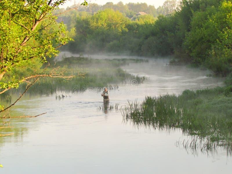 Un pêcheur sur la rivière photos stock
