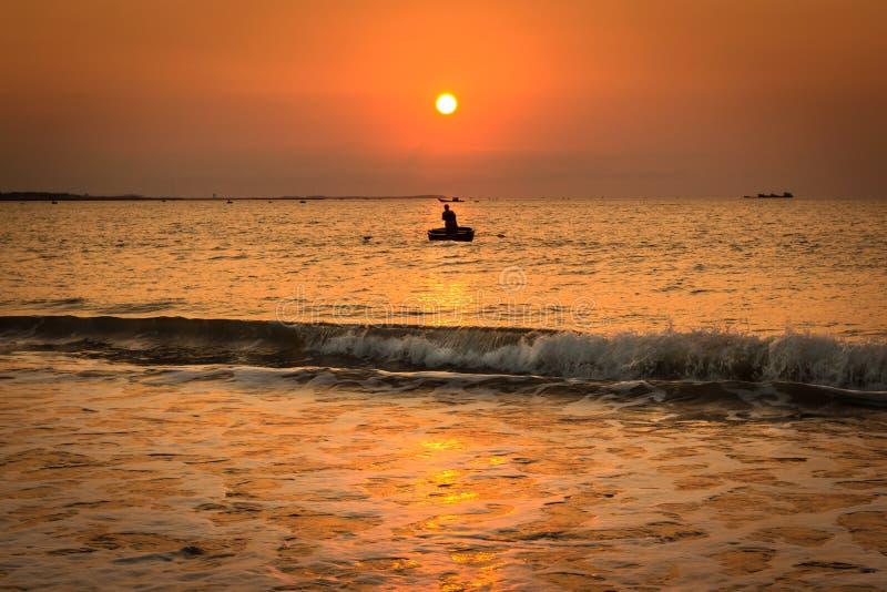 Un pêcheur Working Alone au lever de soleil en Phan a sonné - le Cham de Thap, Ninh Thuan, Vietnam photo libre de droits