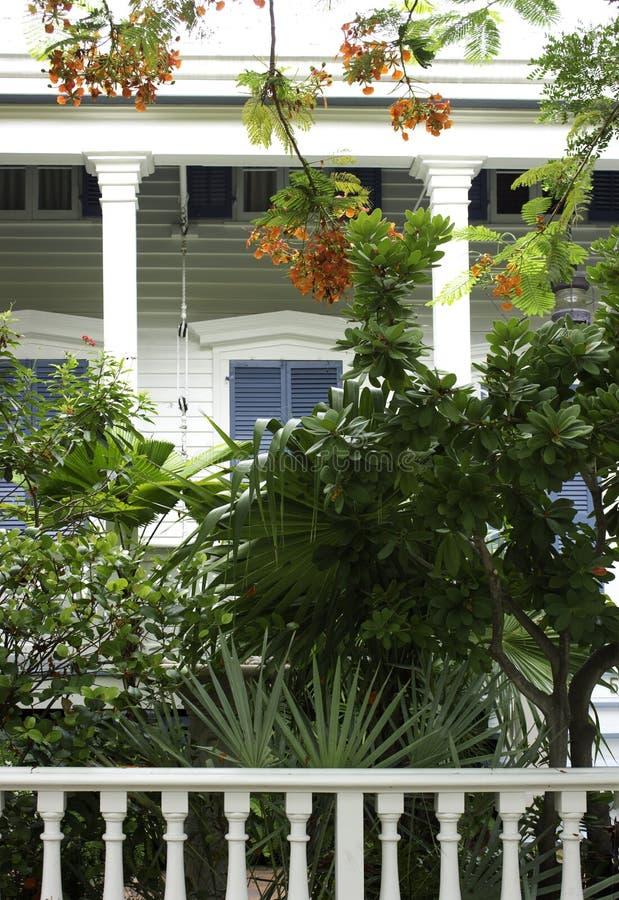 Un pórtico y un jardín tropical en Key West fotos de archivo