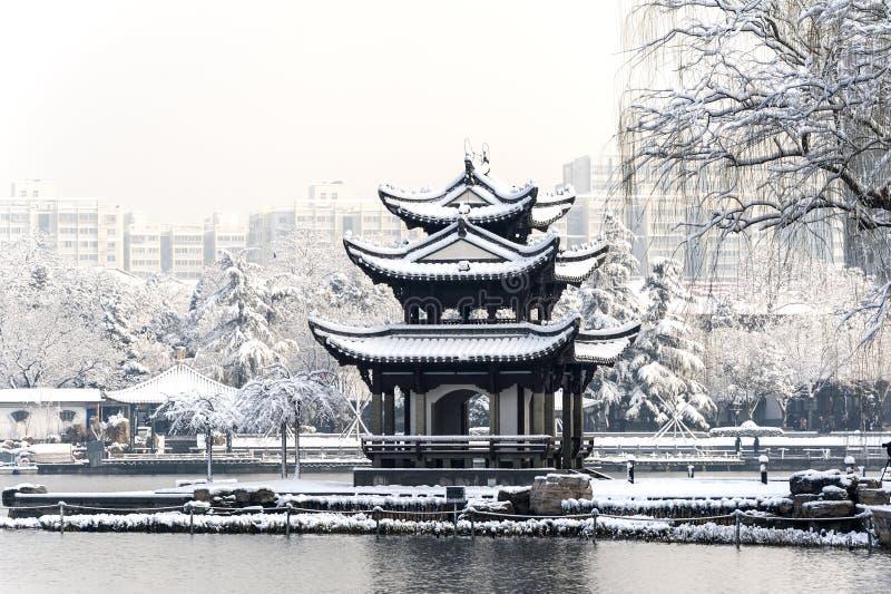 Un pabellón chino en la nieve fotos de archivo