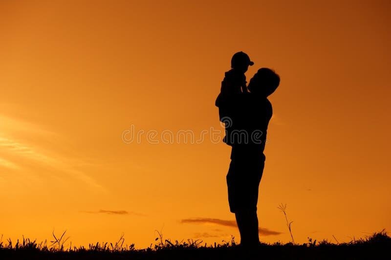 Un padre e un figlio che giocano all 39 aperto al tramonto - Donare un immobile al figlio ...