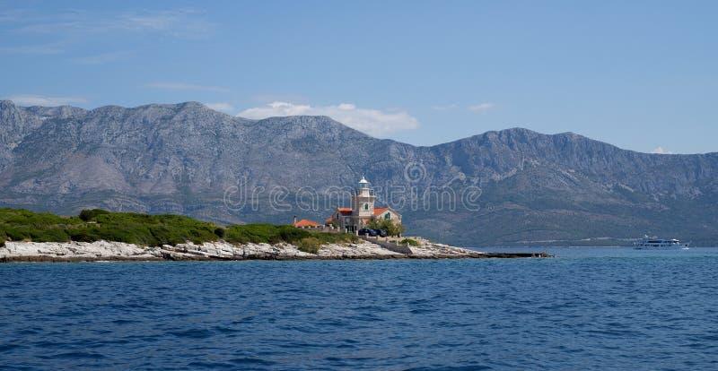 Un paesaggio del mare croato e di belle montagne immagine stock