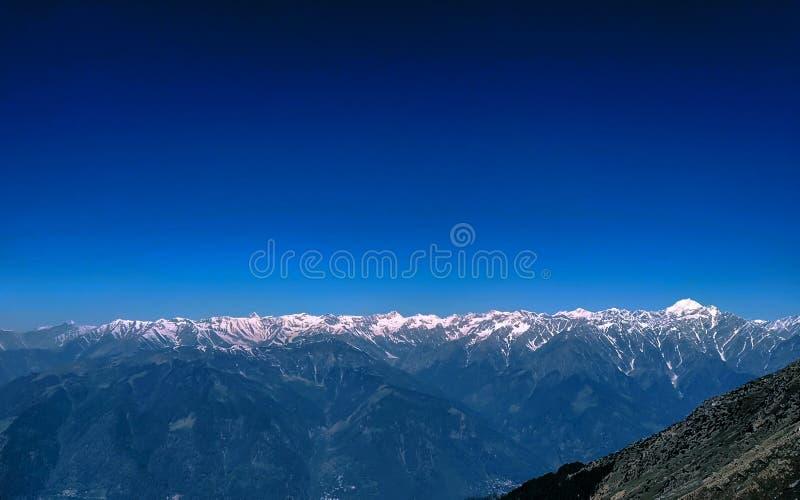 Un paesaggio dell'Himalaya la catena montuosa dall'India fotografia stock