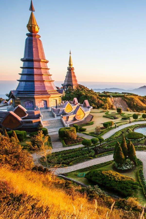Un paesaggio di paesaggio di tramonto di due pagode con il giardino tropicale, turisti che si rilassano intorno due pagode, bello fotografie stock libere da diritti