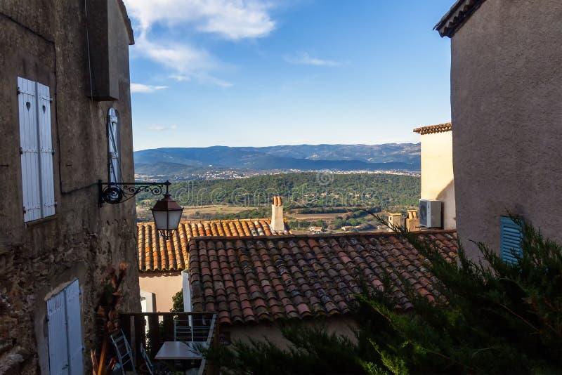 Un paesaggio francese attraverso le costruzioni sotto un cielo blu immagini stock libere da diritti