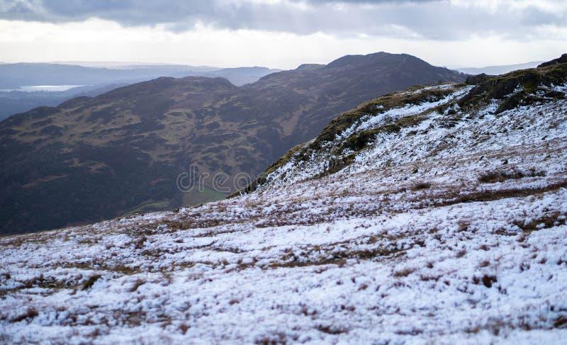 Un paesaggio nevoso drammatico della montagna fotografia stock libera da diritti
