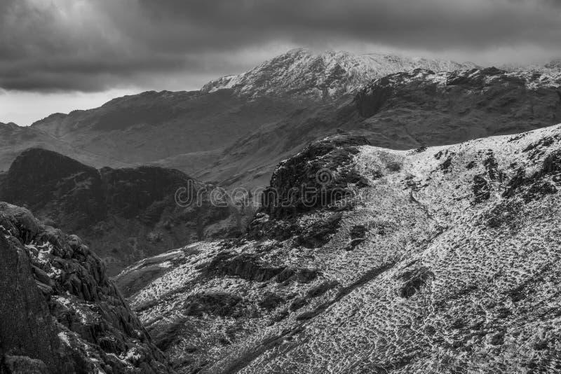 Un paesaggio nevoso drammatico della montagna fotografie stock