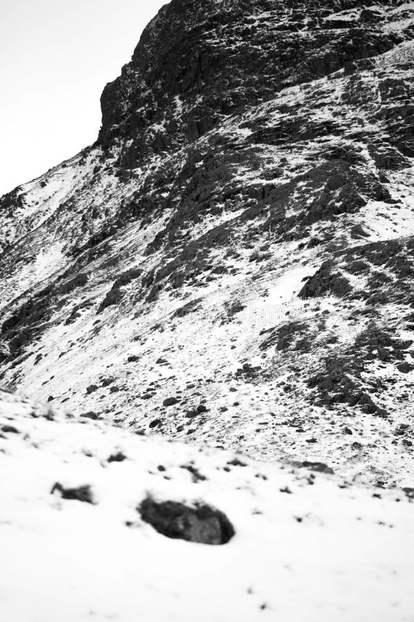 Un paesaggio nevoso drammatico della montagna immagine stock libera da diritti