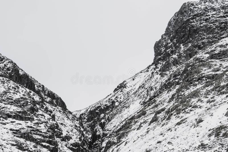 Un paesaggio nevoso drammatico della montagna fotografie stock libere da diritti