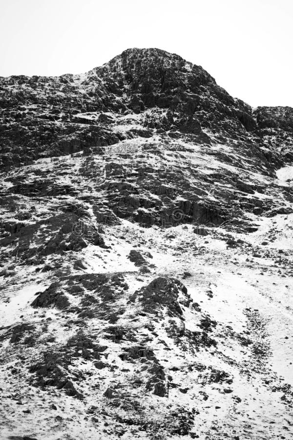 Un paesaggio nevoso drammatico della montagna fotografia stock