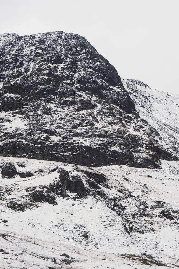 Un paesaggio nevoso drammatico della montagna immagini stock libere da diritti