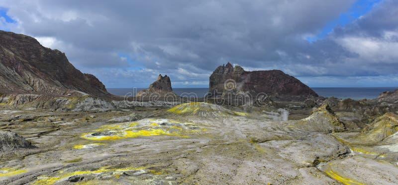 Un paesaggio robusto dell'Isola Bianca, il vulcano a cono più attivo della Nuova Zelanda fotografia stock libera da diritti