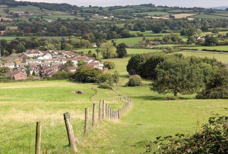 Un paesaggio rurale in Galles del sud di Monmouthshire con il villaggio nella distanza immagine stock libera da diritti
