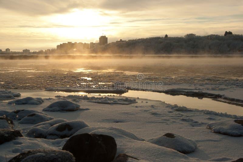 Un paesaggio urbano congelato verso la metà di un inverno canadese fotografia stock libera da diritti