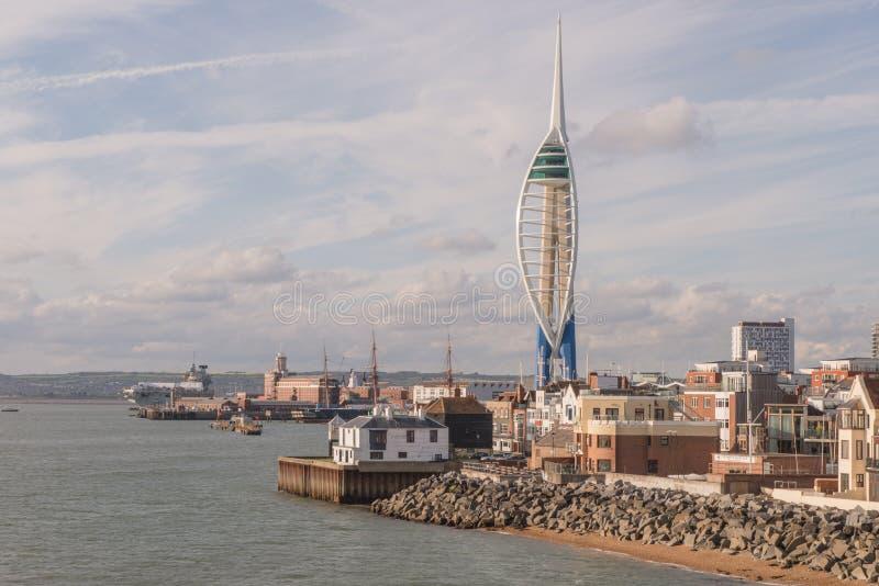 Un paesaggio urbano del cantiere navale storico di Portsmouth con la torre dello spinnaker dei 170 tester immagini stock