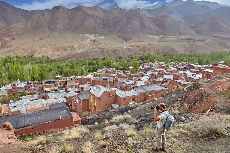 Un paesino di montagna fotografante turistico caucasico di Abyaneh, immagine stock libera da diritti
