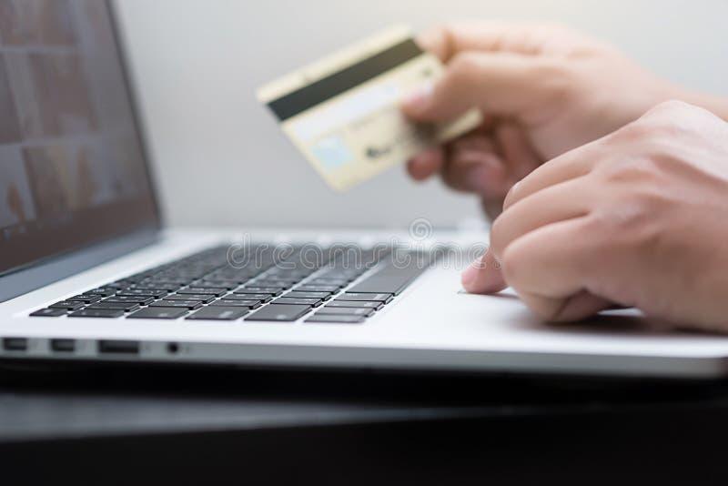 Un pago en línea ascendente más cercano de la tarjeta de crédito usando el teléfono elegante para el onli imagen de archivo