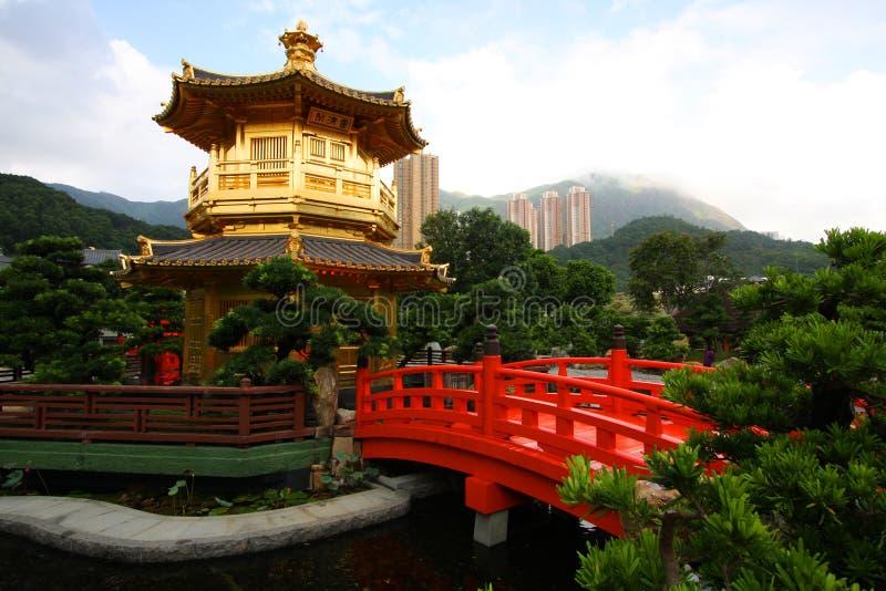 Un pagoda in un giardino cinese immagine stock