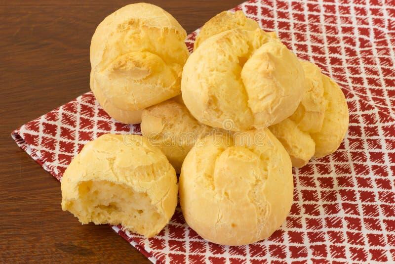 Un pain brésilien de fromage sur un tissu à carreaux image stock