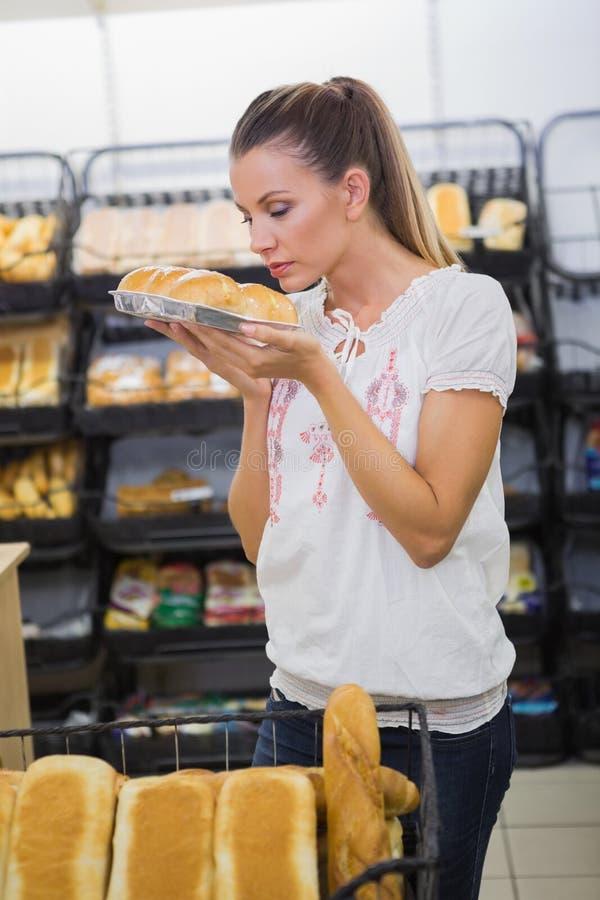 Download Un Pain Sentant De Femme Dans L'étagère De Pâtisseries Photo stock - Image du épicerie, femelle: 56489638