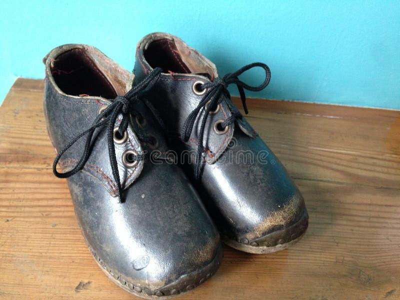 Un paio degli impedimenti d'annata, scarpe del ` s del bambino, Inghilterra del Nord immagini stock