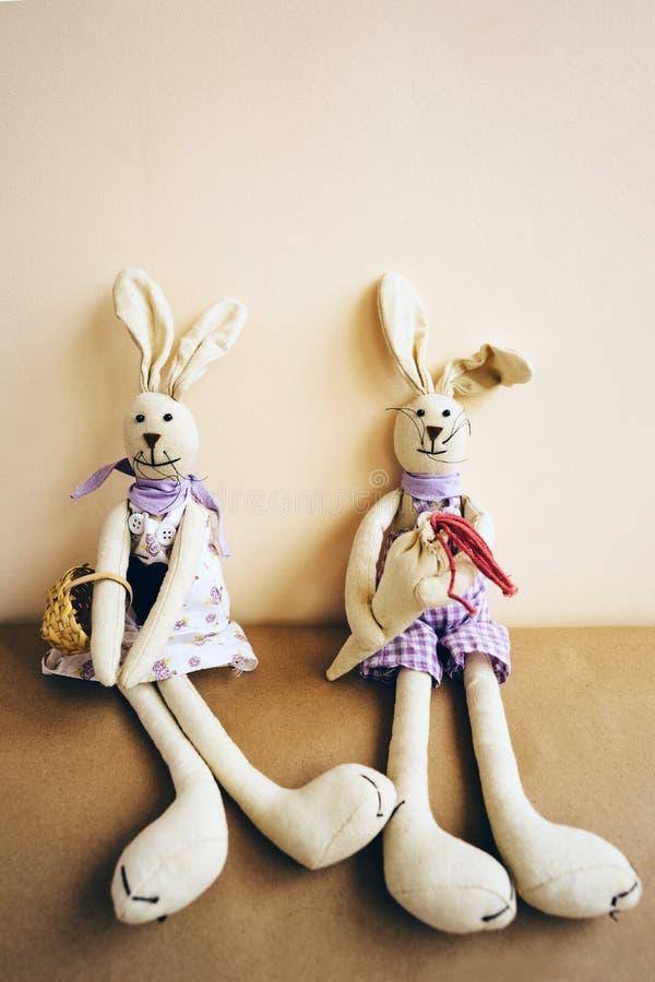 Un paio dei conigli fatti a mano di Pasqua fatti del panno fotografia stock