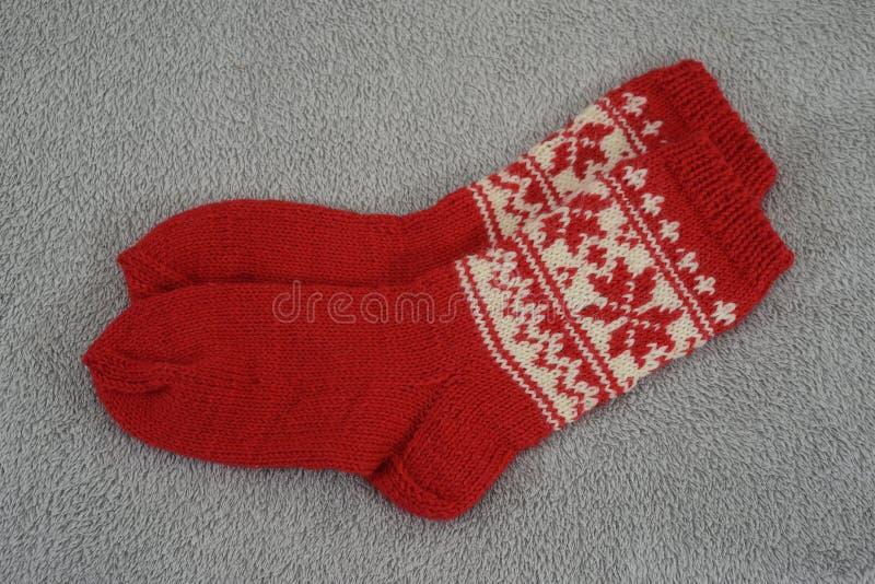 Un paio del calzino rosso tradizionale di Natale fotografia stock