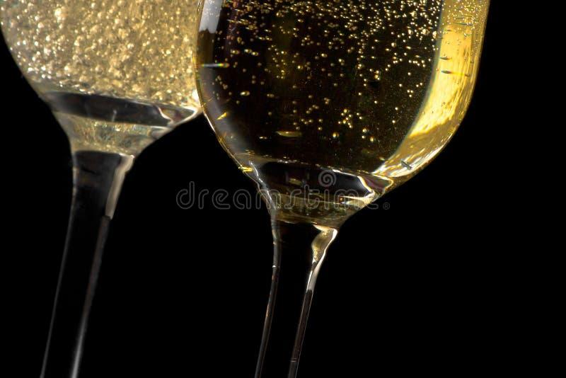 Un paio delle flauto di champagne ha inclinato con le bolle dorate immagini stock