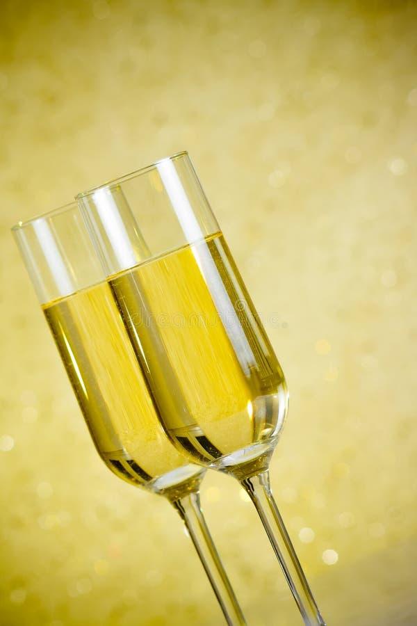 Un paio delle flauto di champagne sottrae il fondo immagine stock libera da diritti