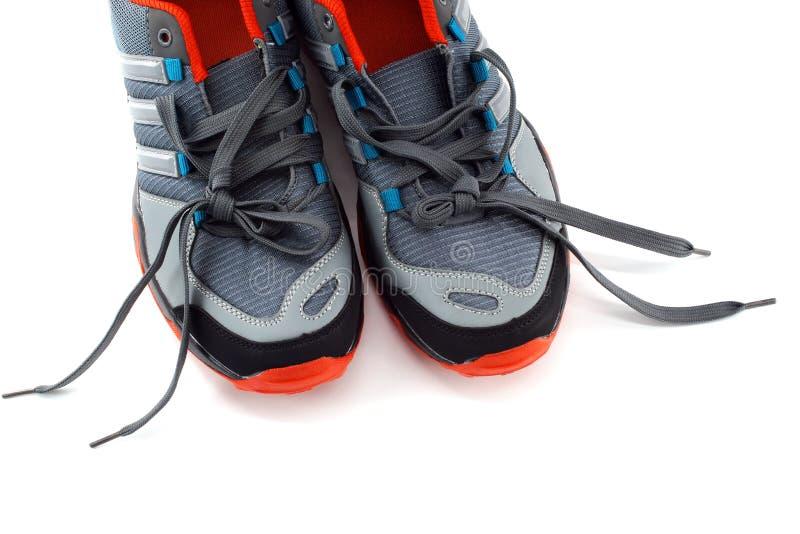 Un paio delle scarpe da tennis degli uomini su fondo bianco fotografia stock libera da diritti