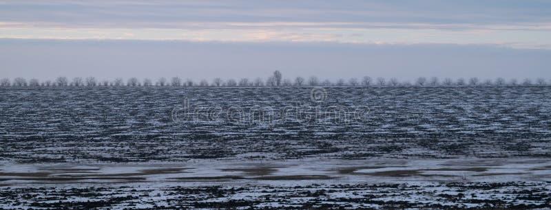 Un paisaje blanco de un terreno que es cubierto en nieve imagenes de archivo