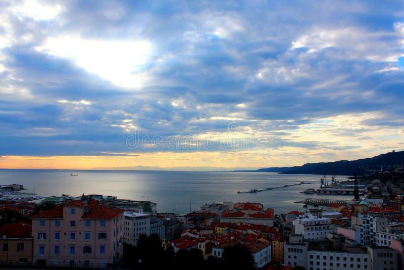 Un paisaje de la ciudad de Trieste en Italia con la opinión del mar y del puerto en a fotos de archivo libres de regalías
