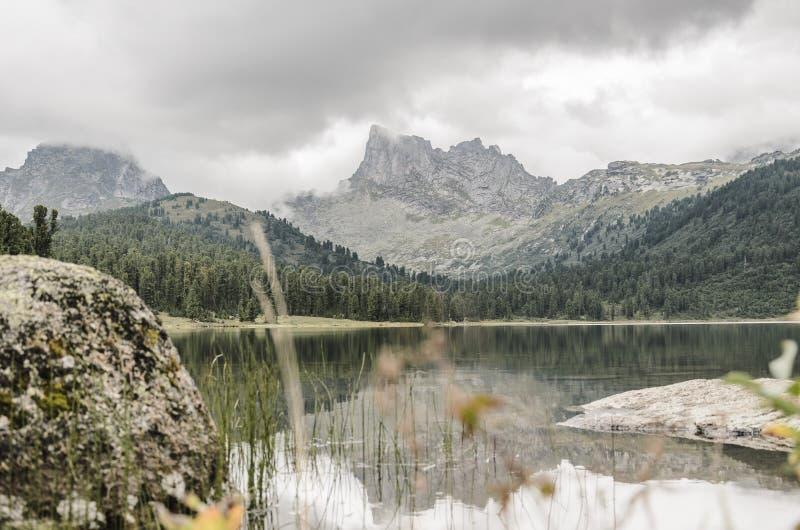 Un paisaje de niebla, una vista de los acantilados, el bosque y lago, montañas de Ergaki imagenes de archivo