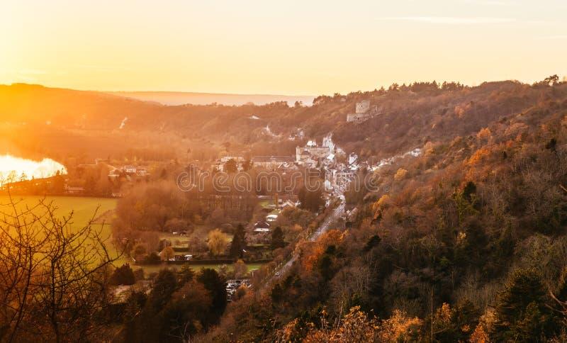 Un paisaje del valle del Sena en la puesta del sol en otoño con una opinión sobre La Roche Guyon foto de archivo