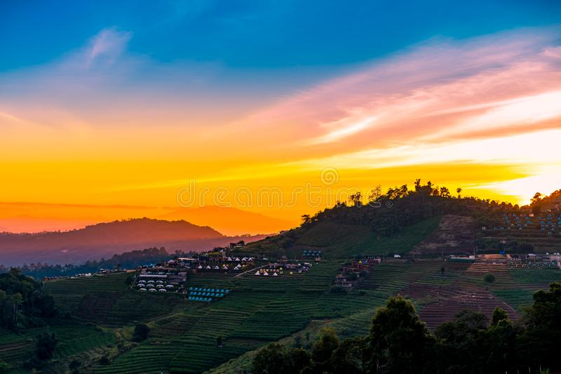 Un paisaje escénico tranquilo de la puesta del sol hermosa con el centro turístico que acampa en el atasco de lunes, Chiang Mai,  fotos de archivo libres de regalías