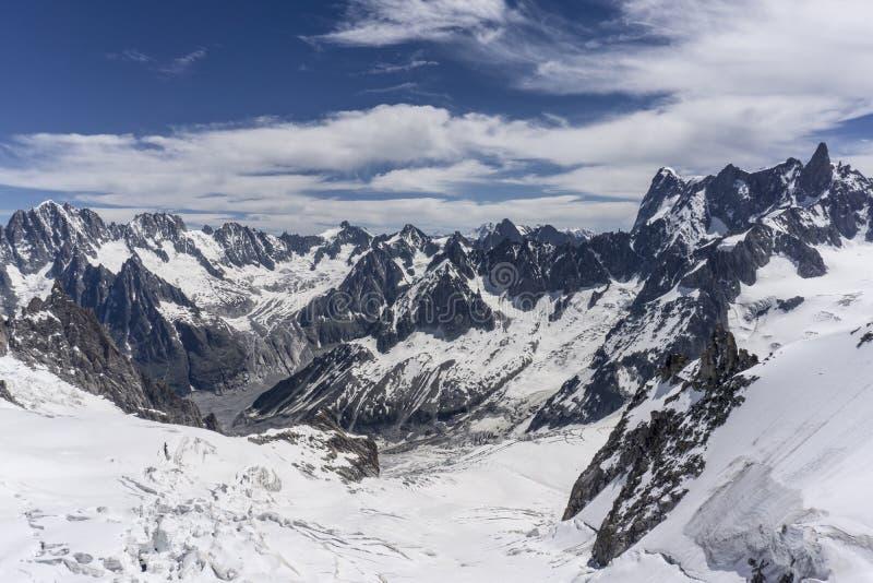 Un paisaje espectacular del macizo de Mont Blanc en junio foto de archivo