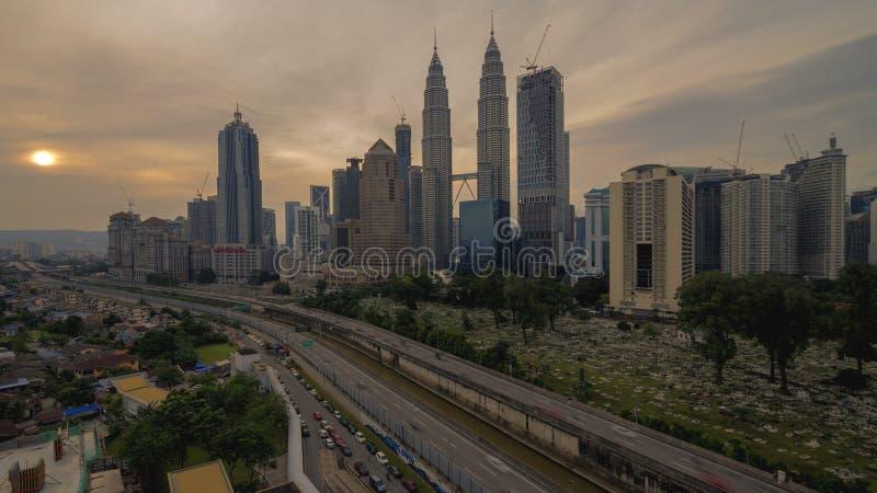 Un paisaje hermoso de la salida del sol en la ciudad de Kuala Lumpur fotografía de archivo libre de regalías