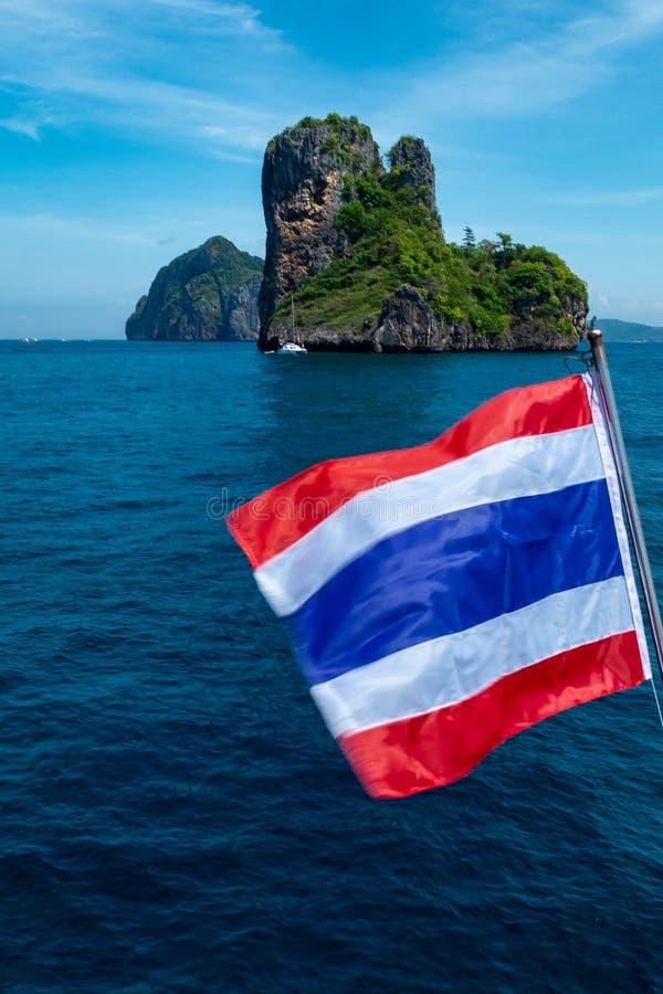 Un paisaje marino del retrato A de una isla tailandesa de la pequeña piedra caliza en las aguas chispeantes del mar de Andaman, c imágenes de archivo libres de regalías