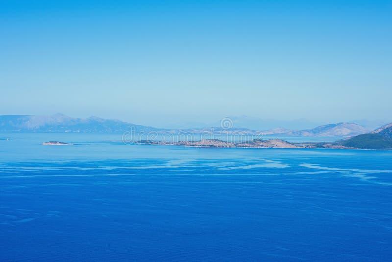 Un paisaje marino en la isla griega de Kefalonia contra el cielo azul y las islas distantes en el fondo imagen de archivo libre de regalías