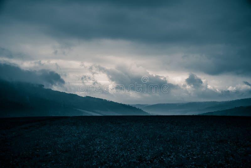 Un paisaje monocromático hermoso, abstracto de la montaña en tonalidad azul fotografía de archivo