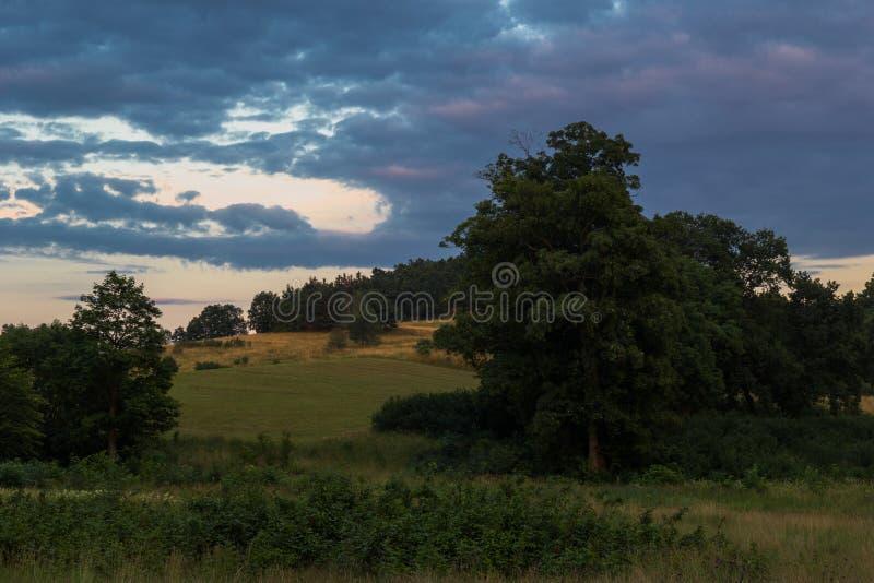 Un paisaje rural por la tarde en las montañas polacas fotos de archivo libres de regalías