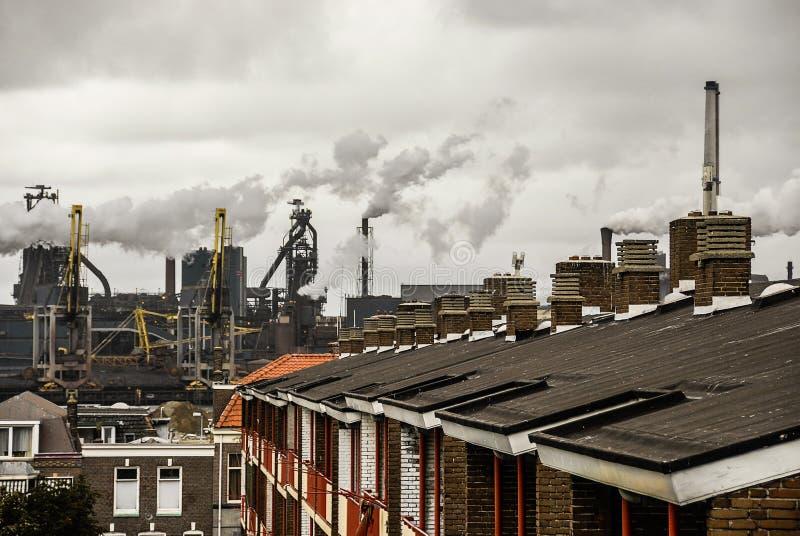Un paisaje urbano industrial Hay tejados del ` de las casas con el chimne fotos de archivo libres de regalías