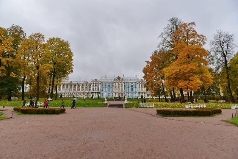Un palacio en bosque amarillo imágenes de archivo libres de regalías